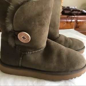 UGG Bailey Button II Brown Boots Size 8